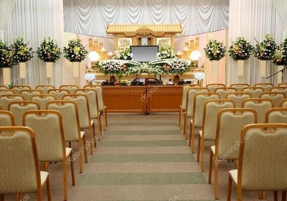 Miten hautaustoimistot helpottavat läheisen hautaamista ja muistotilaisuuden järjestämistä?
